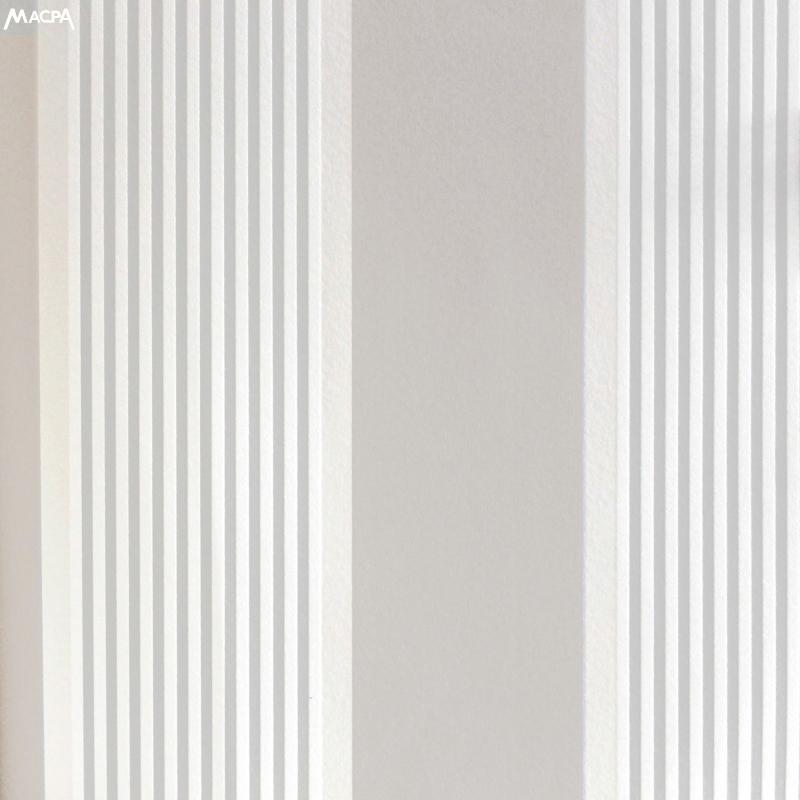 Carta da parati a righe bianche e grigie